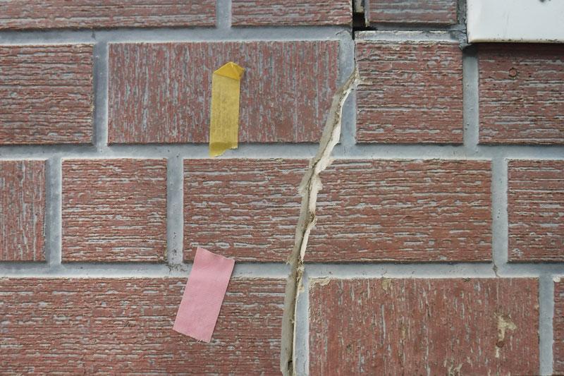 [施工前]サイディング材の割れをシーリング材が入るようにVカット(Vの字に溝をの掘る)に削り。